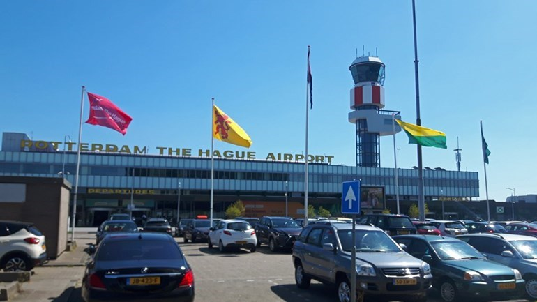 Daar wappert hij, de Haagse vlag op Rotterdam The Hague Airport