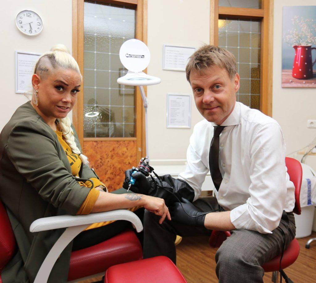 Eindelijk, de tattoo-shop in het seniorencentrum wordt officieel geopend!